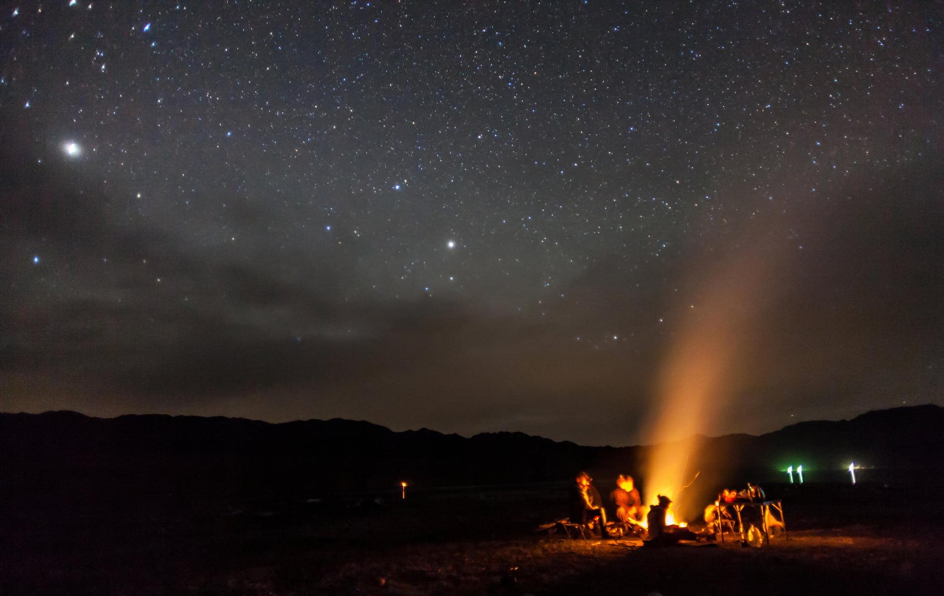 Lagerfeuer unter sternenklarem Himmel - Digital Detox