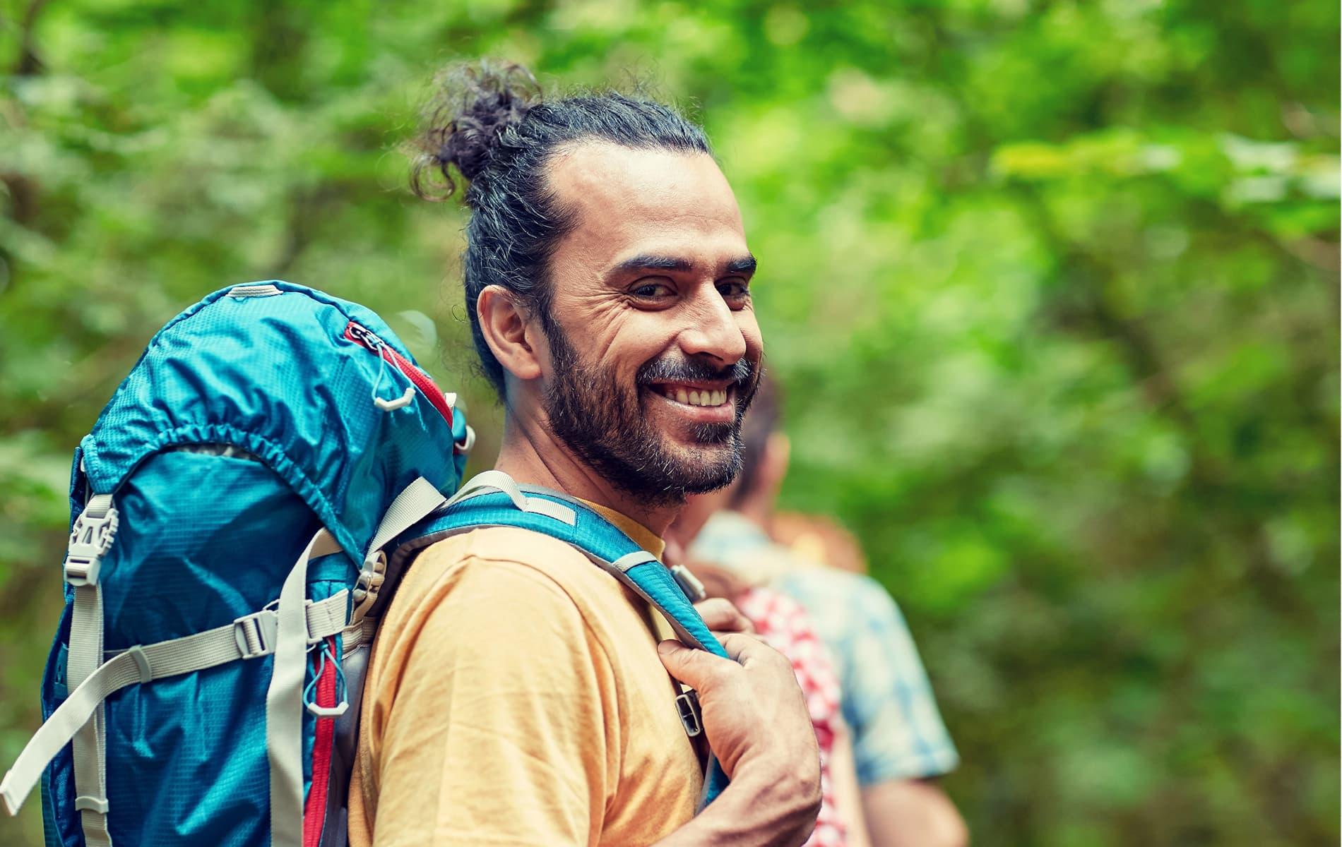Mann wandert mit Rucksack ohne Handy