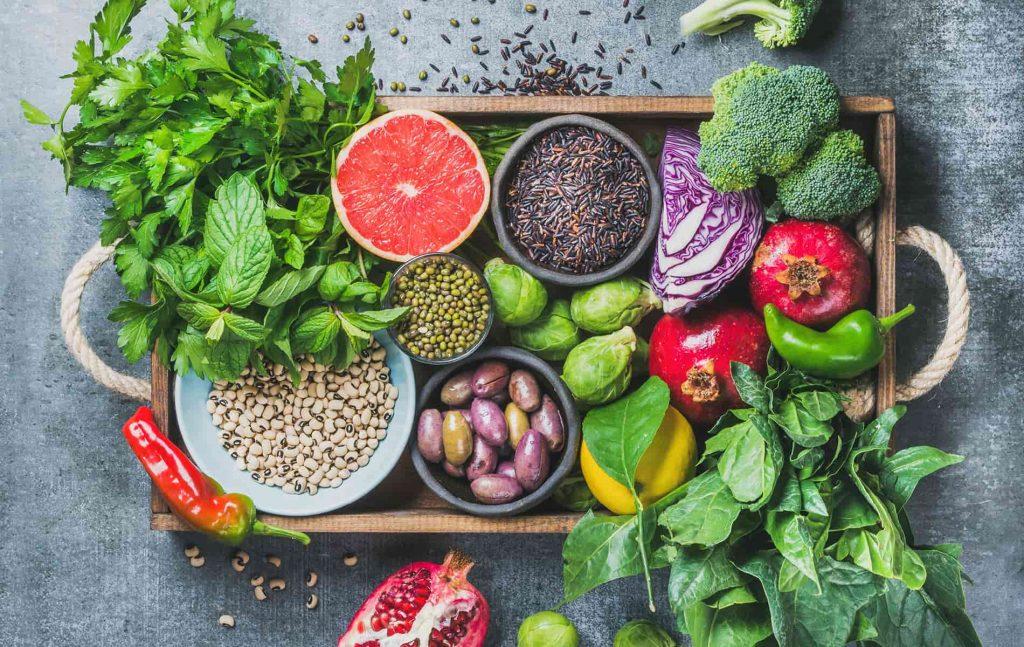Gemüse und Obst auf großem Holztablett
