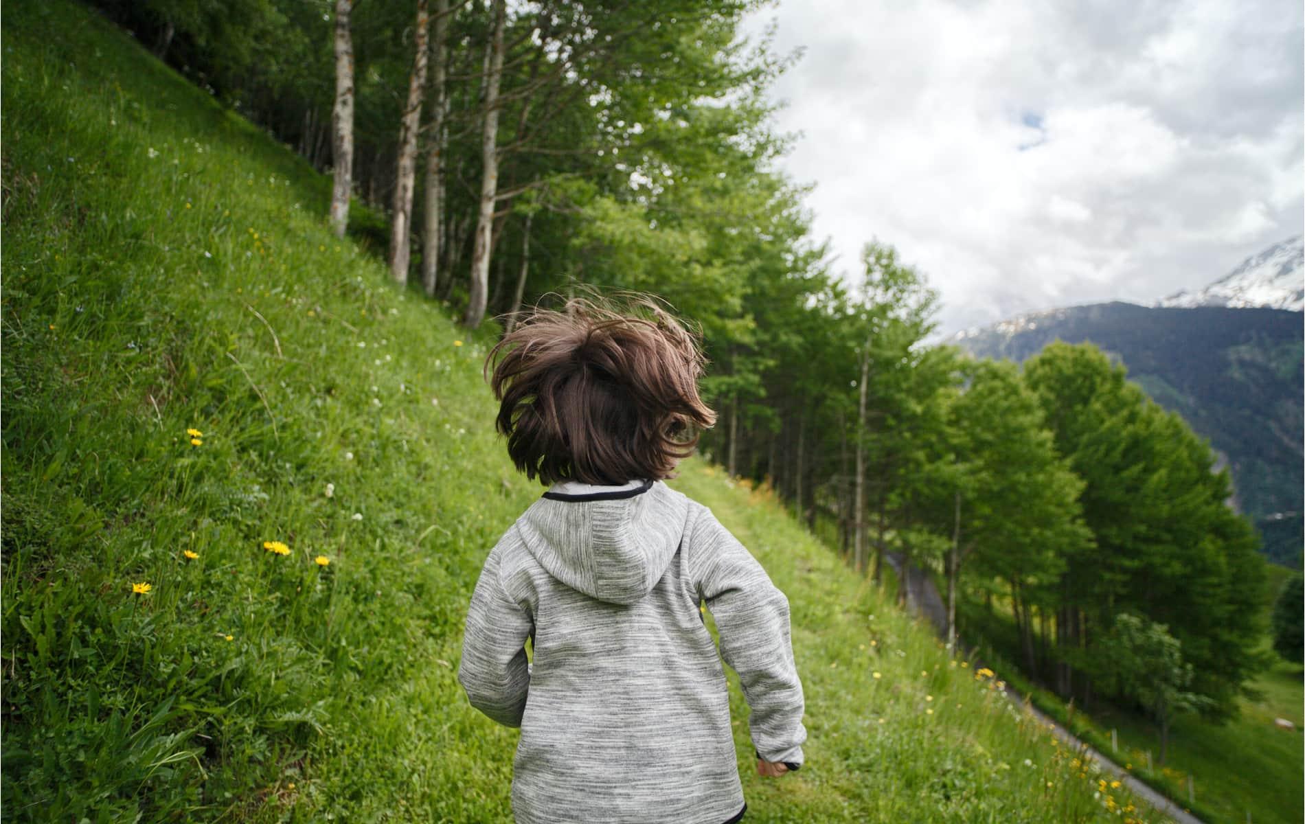Kind rennt in den Wald - Biohacking Bad Dürrheim