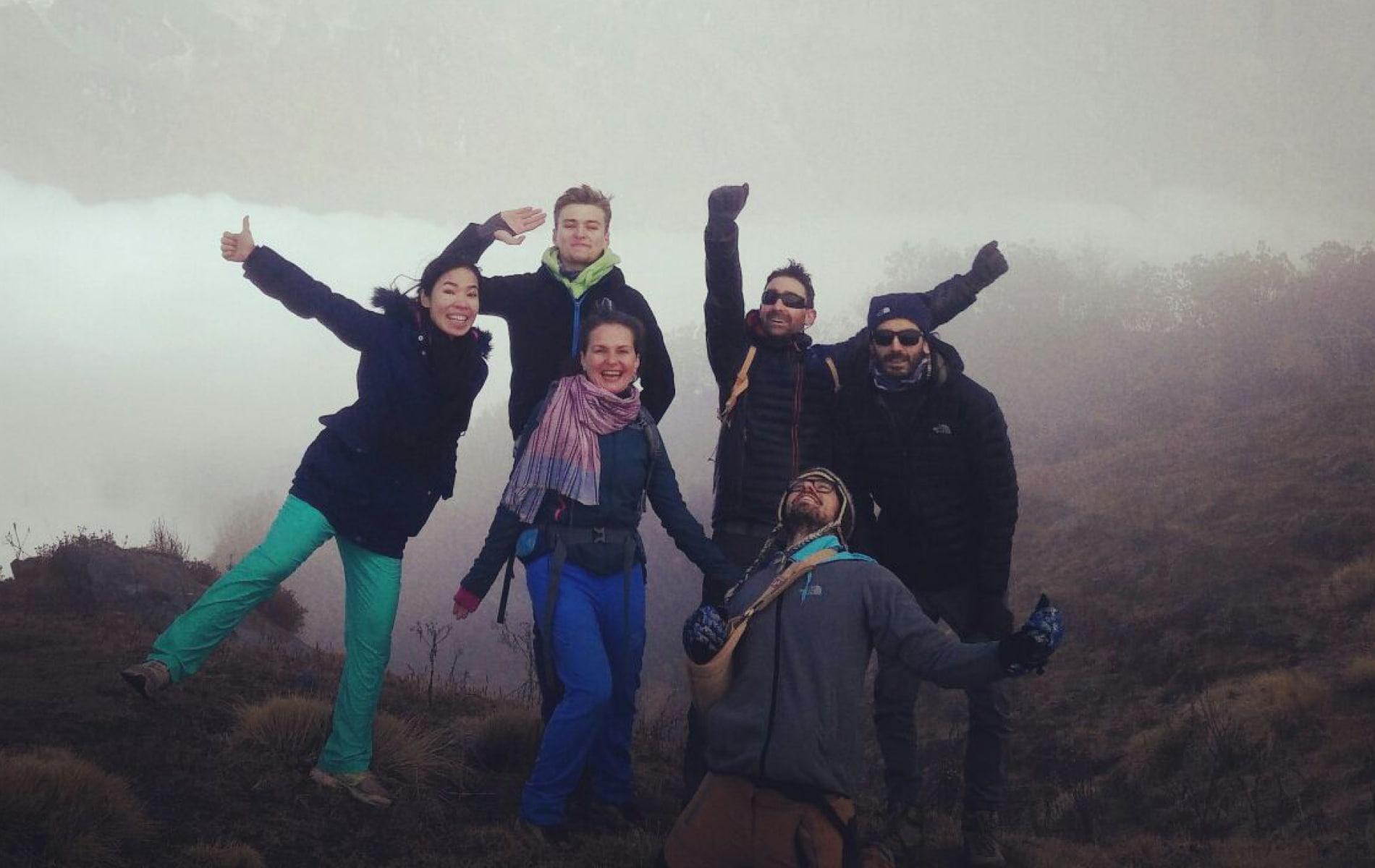 Glückliche Gruppe steht auf nebligem Himalaya in Nepal