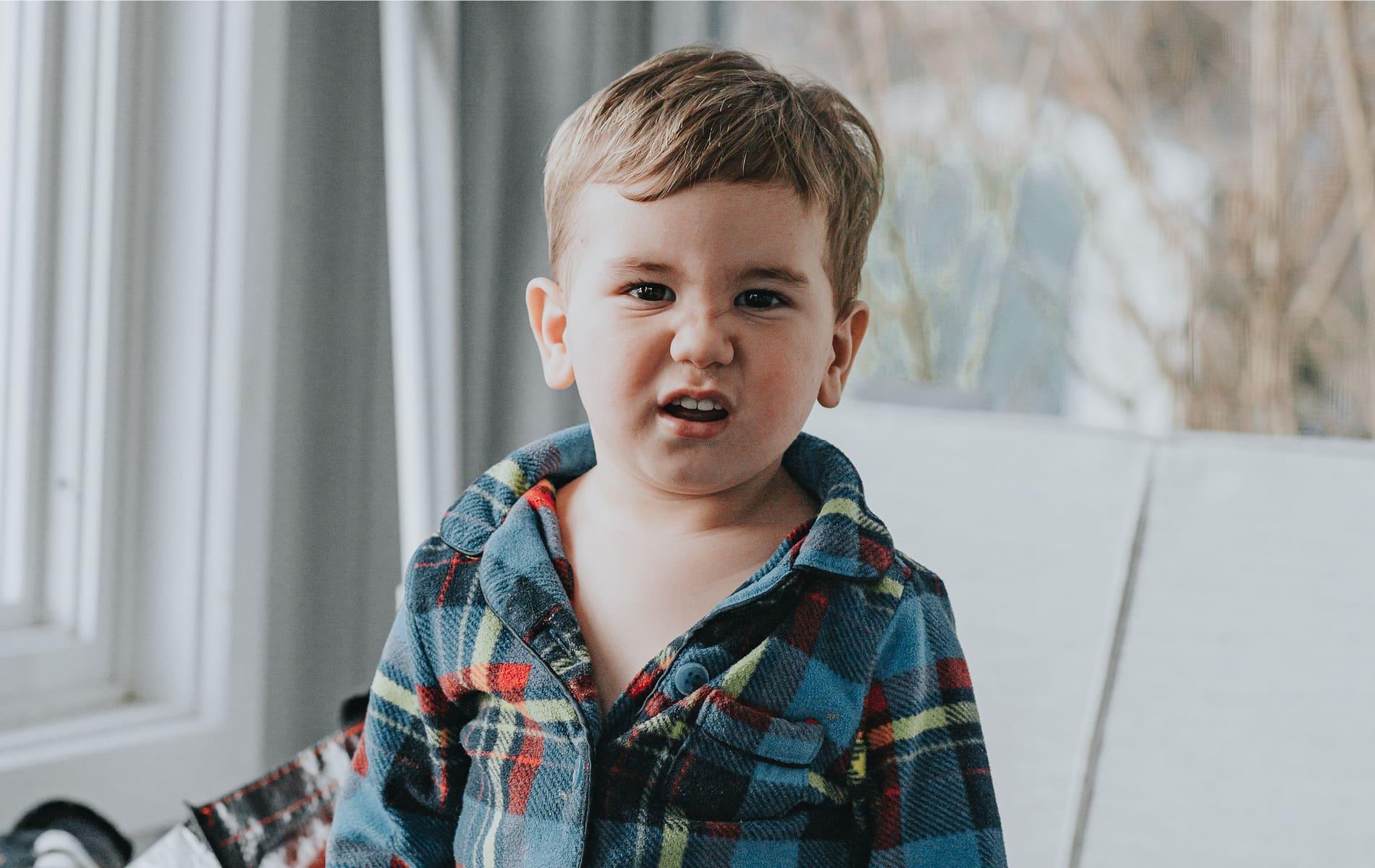 Kleiner Junge schaut mit gerümpfter Nase in die Kamera