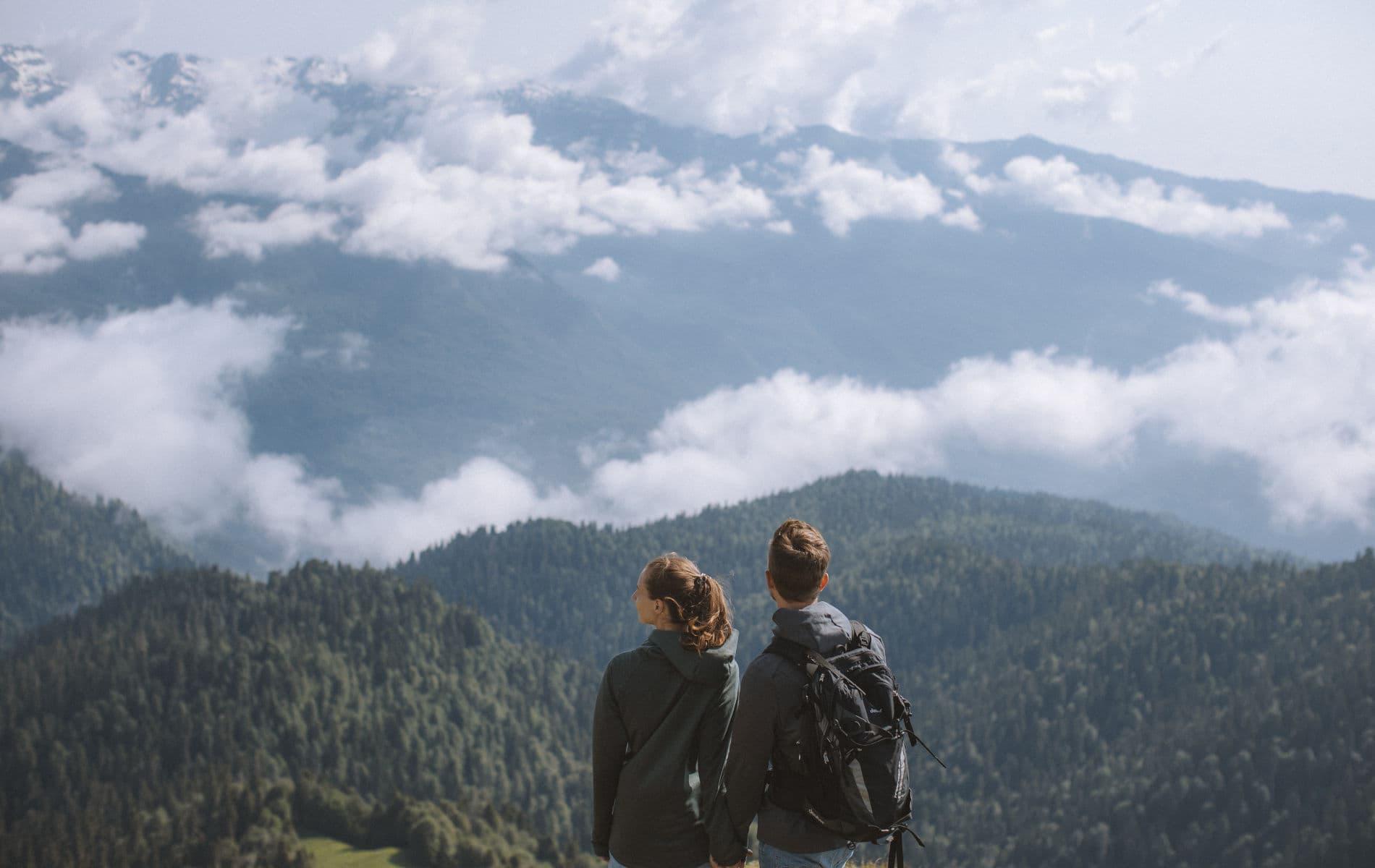 Paar steht in den Bergen und atmen - Biohacking