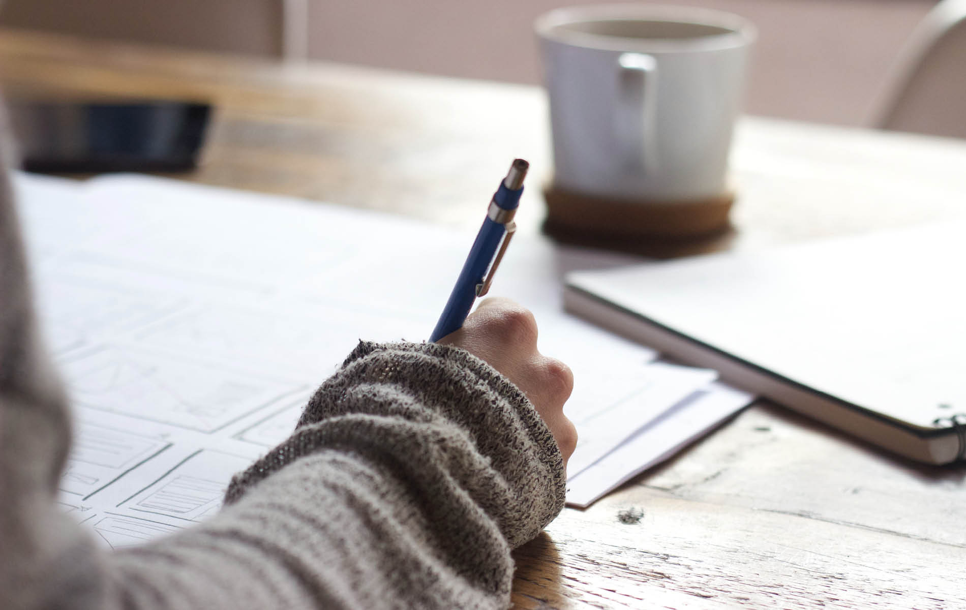 Hand mit Stift in der Hand macht Notizen